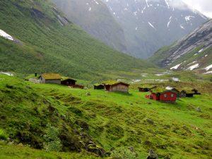 Nórska krajina uprostred fjordu.