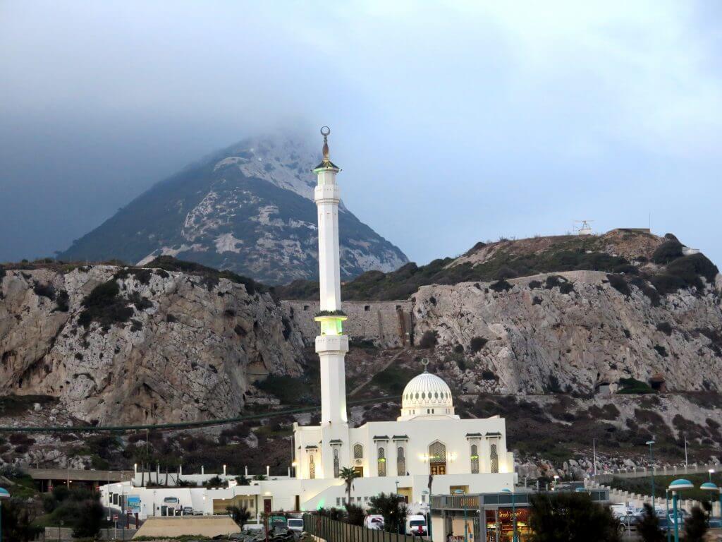 Mešita Ibrahim-al-Ibrahim s kopcom v pozadí, Gibraltár