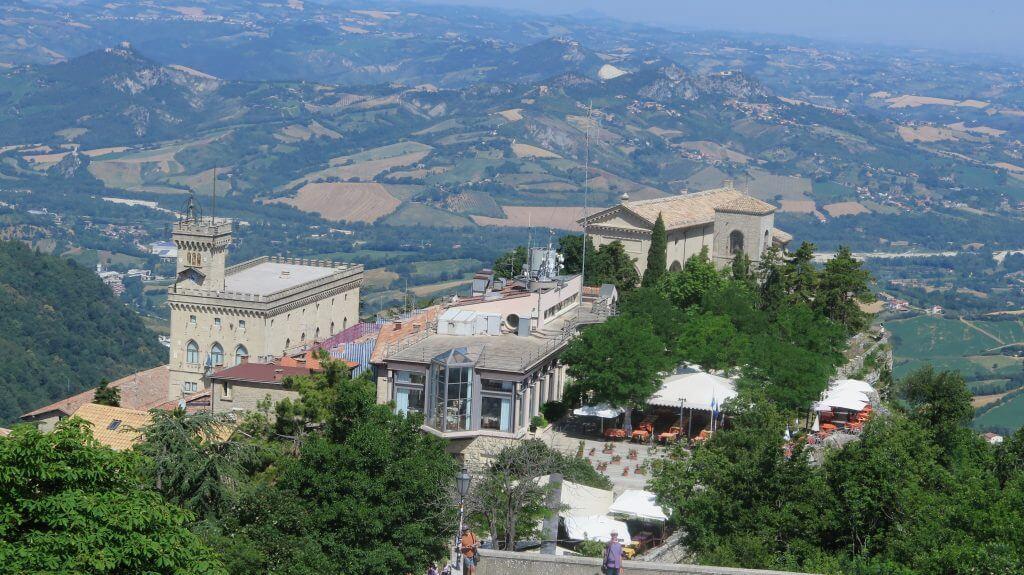 Výhľad na Palazzo Pubblico z veže Guaita
