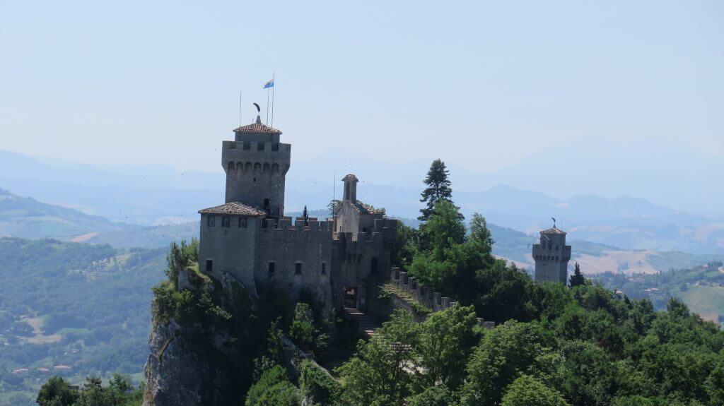 Veža Cesta a pozadí veža Montale - San Maríno