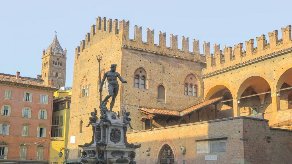 Socha Boha Neptúna pred budovou na námestí v Bologni