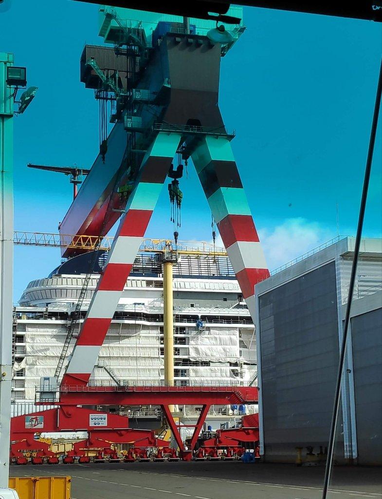 žeriav na nadrozmerný náklad v lodeniciach