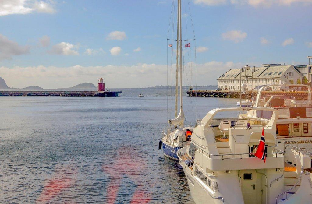 Jachty na mori pozerajú vpred na maják v diaľke