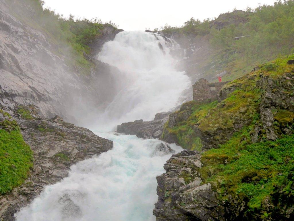 Vodopád Kjosfossen v plnej sile, prúd vody sa divo valí pomedzi skaly. Pomalý film ho ukázal slabý.pamätám z jari