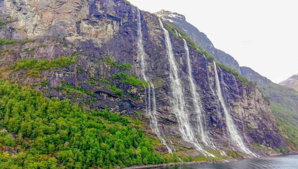 Pomalý film ukáže aj niekoľko prúdový vodopád stekajúci zo strmých brál.
