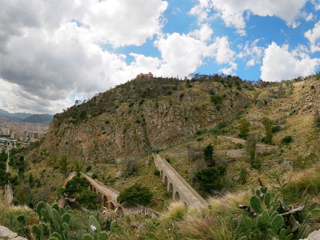 Výhľad na pútnickú cestu hory Pellegrino na Sicílii