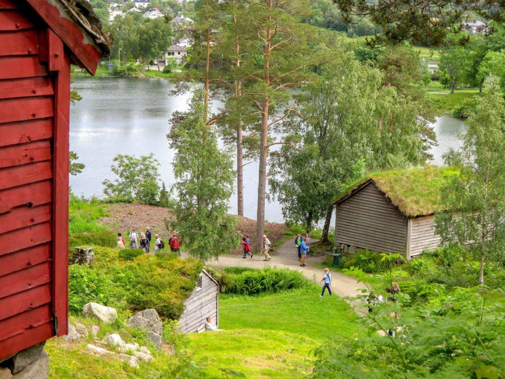 Drevené domy s trávnatou strechou pri vode v Skanzen Sunnmore v Nórsku