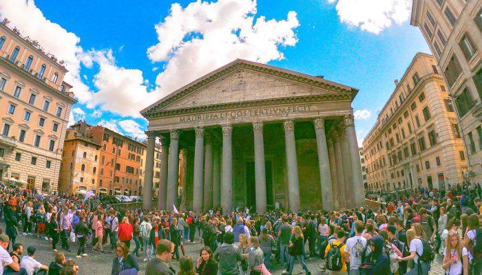 Rímsky Panteón, pohľad spredu na jeho stĺpy. V jeho okolí sú húfy turistov.