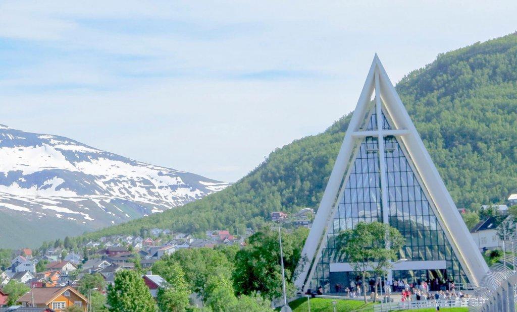Detailný pohľad z predu Arktickú katedrálu Tromsa s horami, so zbytkami snehu, v pozadí
