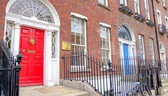 Farebné dvere v Dubline, červené vchodové dvere a schodisko tehlovej budovy